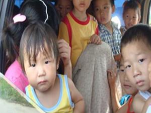 面包车坐23名幼儿 校车超载情况在农村泛滥