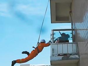 消防员21层高楼飞身救人 不计后果舍己救人