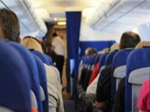 飞机上毛毯遮脸抽烟 男子将以扰乱治安罪被拘留