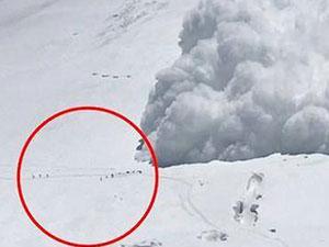 8名登山者遇雪崩被埋 营地人员拍下登山者被埋一幕