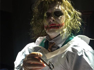 医生扮小丑接生 惊悚妆没卸直接接生产妇不
