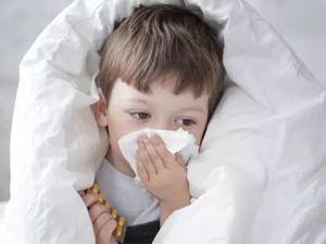 4岁孩子打个喷嚏全是血 鼻出血症状频繁出现令父母十分担忧