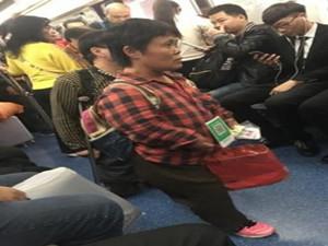地铁现二维码乞讨者 乞讨者也与时俱进
