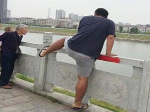 小伙翻大桥栏杆救人 网友纷纷为其点赞打cal