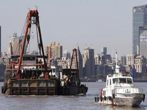 黄浦江上一船翻扣 船上竟无任何救生物品