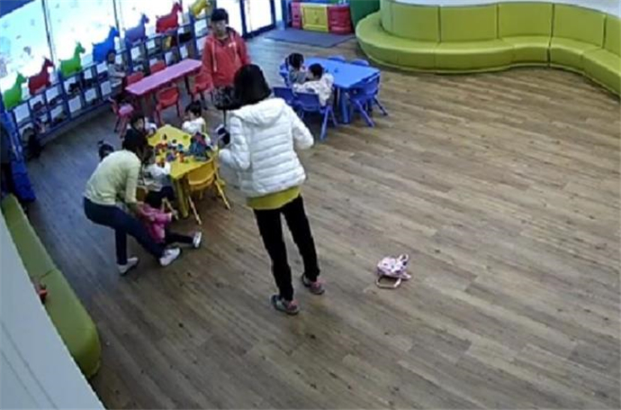 老师给儿童喂芥末