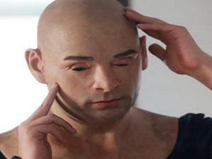 男子戴人皮面具盗窃 通过变脸来躲避警方抓