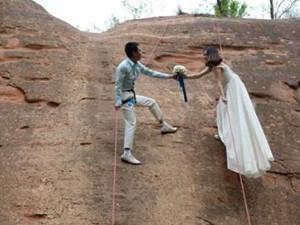 悬崖峭壁拍婚纱照 吊着钢丝拍的婚纱你敢尝