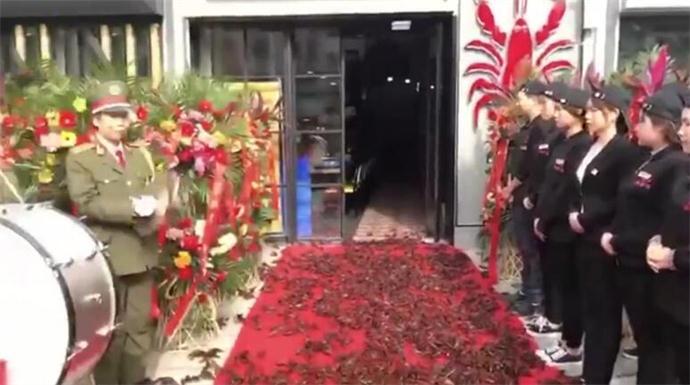 400斤龙虾走红毯