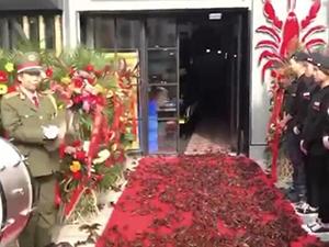 400斤龙虾走红毯 密集恐惧症患者直呼受不了