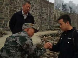 志愿者江边发现手榴弹 手榴弹竟然还存有杀伤力