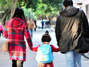 女童13个爸爸妈妈 背后故事暖心家长们齐力帮其走出阴影
