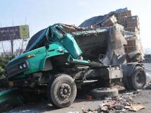 安徽高速特大交通事故 大巴车也侧翻烧成焦