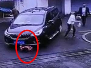 3岁女童被卷入车底 监控曝光女童被卷入车底