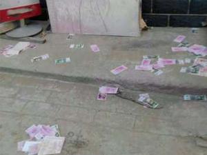 男子家口下钞票雨 原来是被人恶意撒冥币门窗也被砸烂