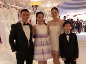甄子丹携全家现身 娇妻蕾丝短裙身材傲人