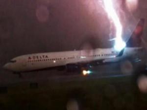 客机起飞被闪电击中 工作人员沉稳应对避免