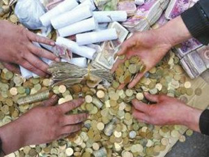 男子带3万余枚硬币买车 4s店员工数钱到手软