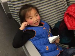 两岁女童动车喝水险丧命 列车长机智急救现奇迹