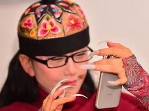 杨丽萍现身白爪抢眼 指甲那么长吃饭都要人