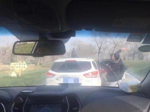 动物园下车砸熊 忽视警示牌用胡萝卜猛砸真