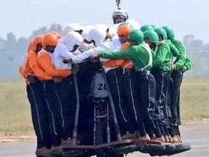 厉害了印度人!印度摩托运58人 网友:有想过那部摩托车的感受吗