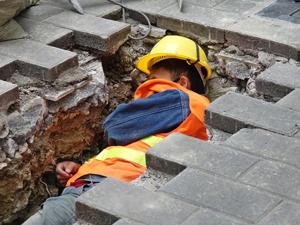 工人沟里睡午觉 冒着寒潮在最低温2度的天气里坚守岗位