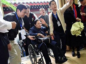 斯琴高娃坐轮椅见影迷 腿脚不便仍坚持宣传新戏实在太拼了