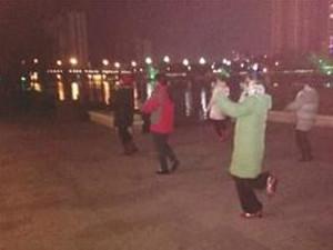 广场舞大妈除了会跳舞 大冬天的还会跳湖救