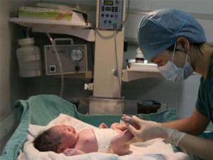 痛经就医诞下一子 女子不相信怀孕医生连哄带骗说服其生儿