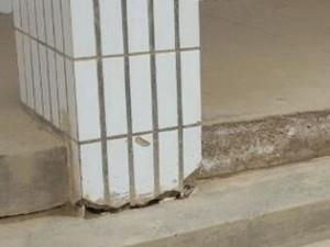 小学教学楼地基下沉 陷入地面有10厘米厚