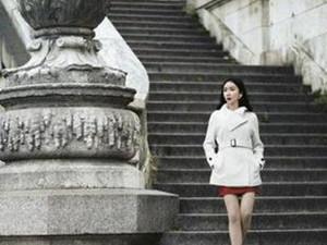 娄艺潇登杂志封面 长袍大长腿搭配人人称赞