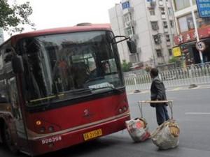 挑扁担上公交被拒 大妈与司机争执遭乘客嫌弃
