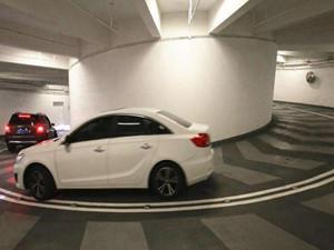 重庆再现神级停车库 旋转8圈停车库给司机刺激体验
