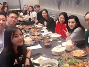 范冰冰与同事聚餐 黑衣女子抢镜颜值媲美范冰冰