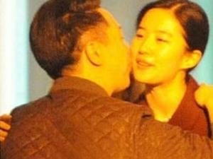 刘亦菲与干爹亲密照 昔日玉女成欲女刘亦菲全裸私密照曝光