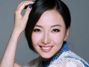 杨采钰承认与刘亦菲干爹恋情 街头拥吻激烈被偷拍十分尴尬