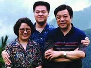 赵忠祥42岁儿子曝光 不靠父亲靠实力其妻子