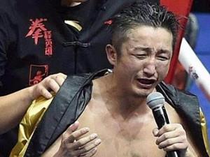 邹市明比赛被指暗动手脚 被打到躲角落痛哭