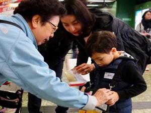 郭晶晶夫妇带儿子做公益 被网友大赞充满正能量