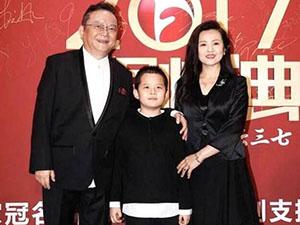 69岁王刚染黑白发 一家三口同框画风和谐儿子表现成亮点