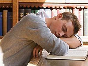 男生半夜迷迷糊糊地睡着 为什么总要挠痒