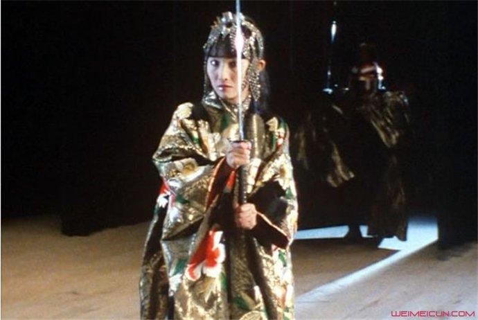 日本女魔术师引田天功 机关失灵被20把