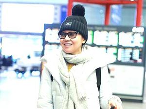 46岁闫妮素颜现身机场 颜值在线全程带笑背