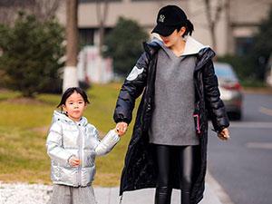 黄奕带女儿街头玩耍 两段婚姻以离婚收场原