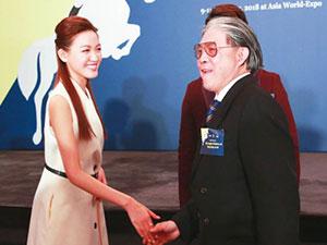 郭晶晶公公现身气场足 霍震霆与众多美女握手表情很亮眼