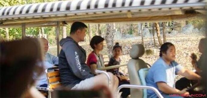 姚明携妻女游泰国