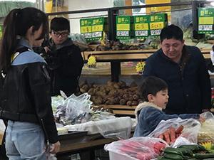 嗯哼菜市场杀价 成众人注视对象其母霍思燕颜值掉线似保姆