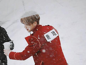 鹿晗红衣雪地撑伞 唯美如雪国白马王子从画中走来一般
