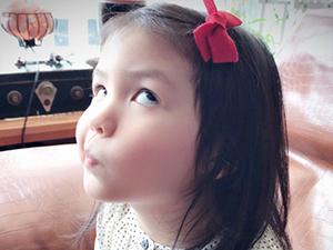 张震晒女儿搞怪照 庆祝3岁生日近照翻白眼可